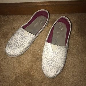 Toms size 9 women's leopard silver shoes